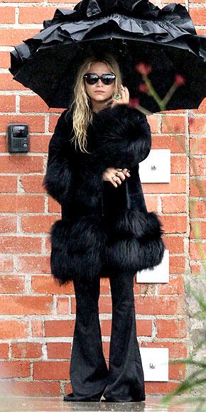 wpid-fur-black-coat-ruffleumbrella-marykateolsen28people29-2011-03-28-03-28.jpg