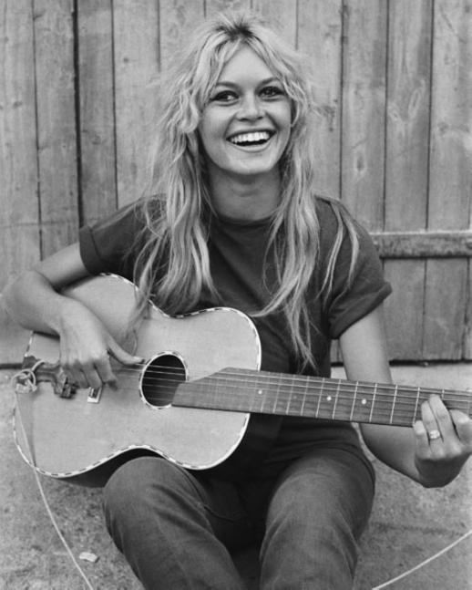 brigitte bardot natural guitar smiling (2)